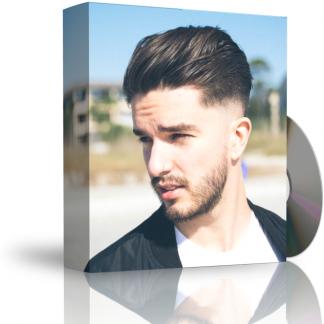 Caja con CD. La carátula de la caja muestra chico joven con cabello sano y poblado