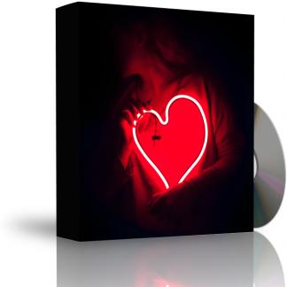 Caja con CD. La carátula de la caja muestra persona en la oscuridad sujetando tubo en forma de corazón, que emite luz