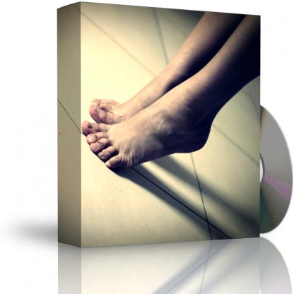 Caja con CD. La carátula de la caja muestra persona de puntillas