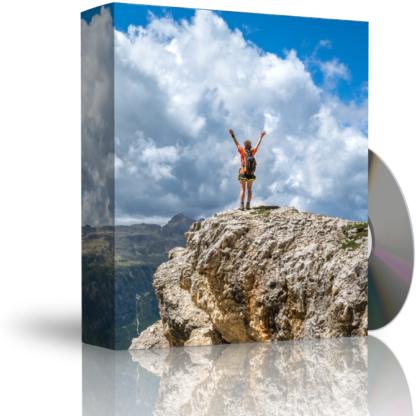 Caja con CD. La carátula de la caja muestra mujer sobre la cima de una montaña, con brazos levantados expresando satisfacción por alcanzar la cima